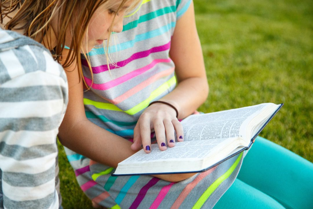 girls-reading-book-mormon-1257152-wallpaper