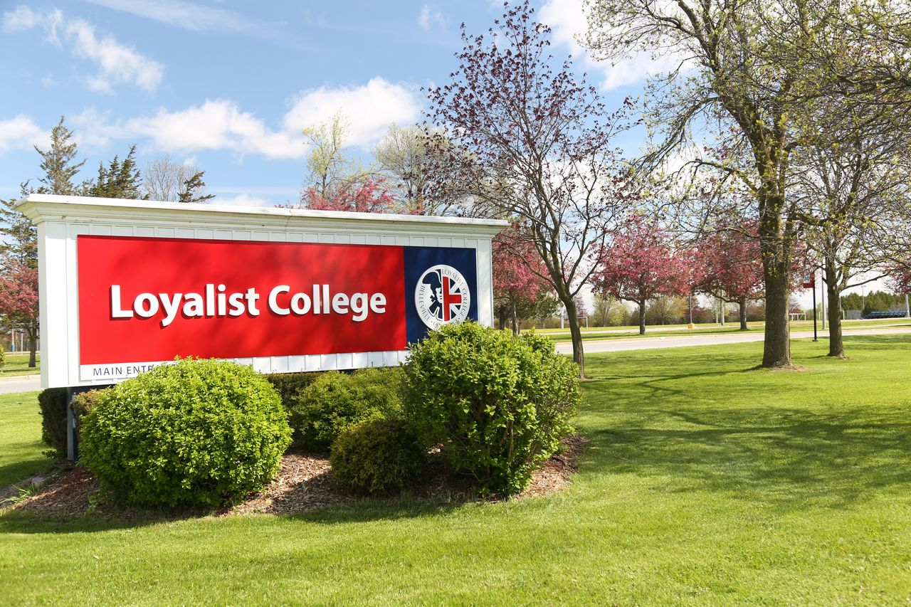 Логотип Loyalist College