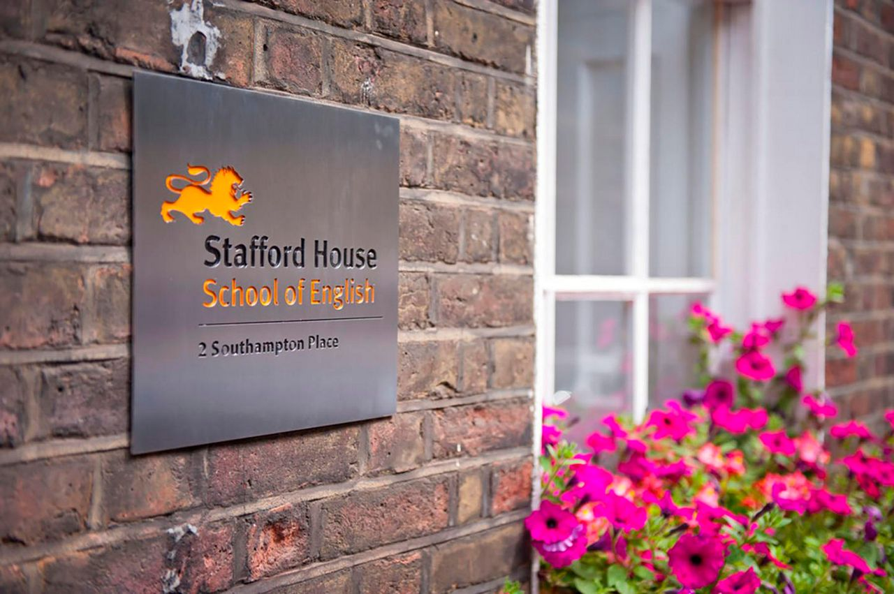 Логотип Stafford House School of English